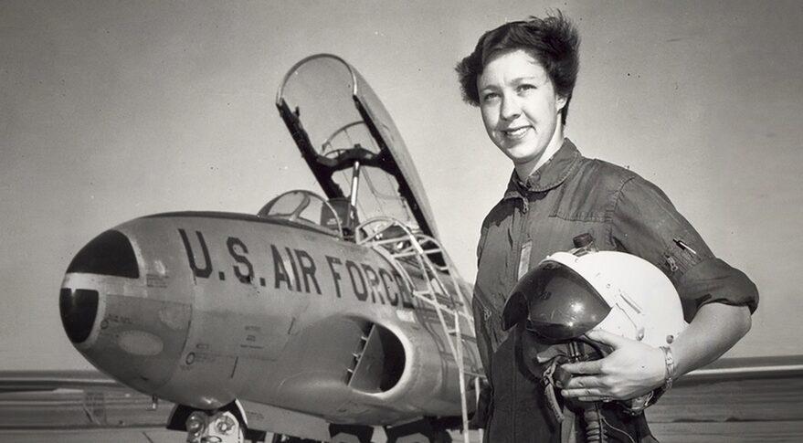 Wally Funk frente a un Lockheed P-80 Shooting Star