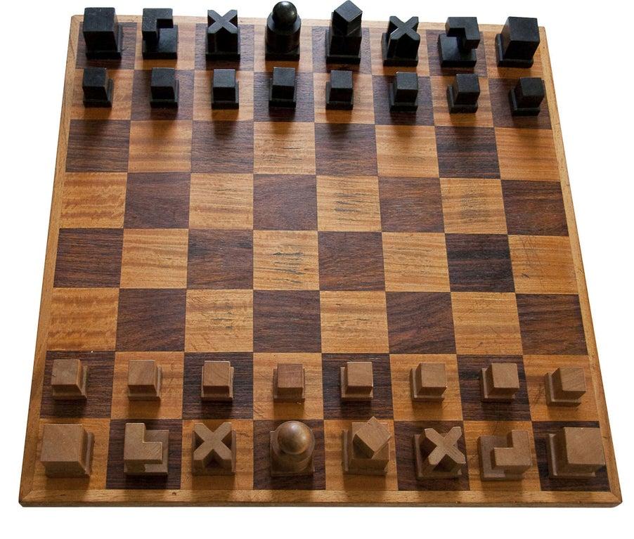 Tablero y trebejos de ajedrez estilo Bauhaus / Josef Hartwig