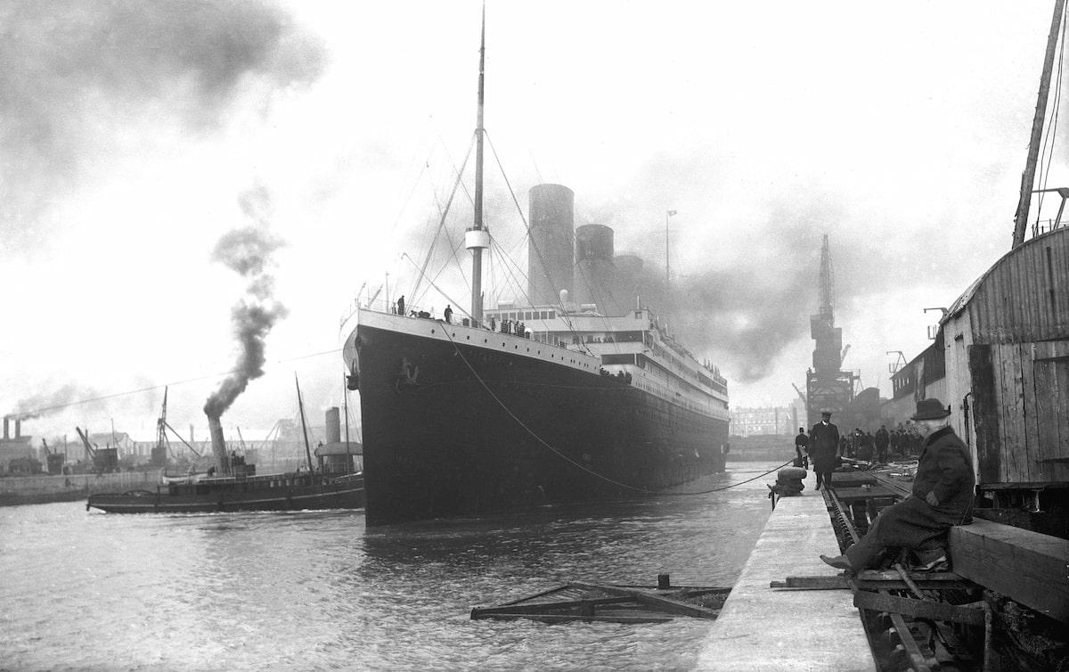 RMS Titanic zarpando de Southampton (1912)
