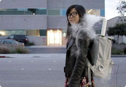 Esta mochila produce niebla a tu alrededor para preservar tu intimidad